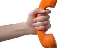Hand mit orangen TelefonhÀÜrer von 60 er 70 er Jahre - Hand with old Telephone Receiver from 1960s - 1970s