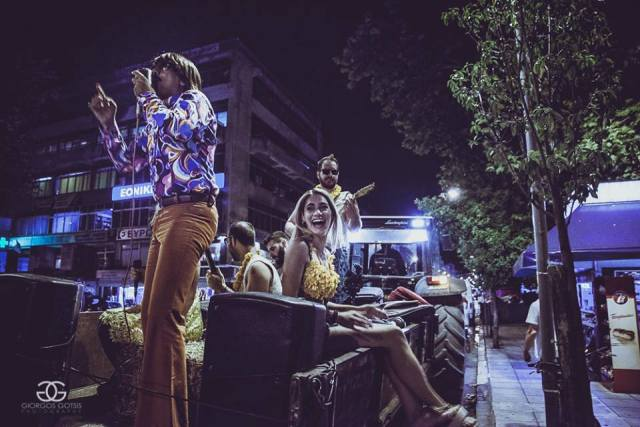 """""""Κινητή"""" συναυλία έκανε ο Tonis Sfinos επάνω σε πλατφόρμα τρακτέρ και ξεσήκωσε τους Τρικαλινούς !!! (ΦΩΤΟ)"""